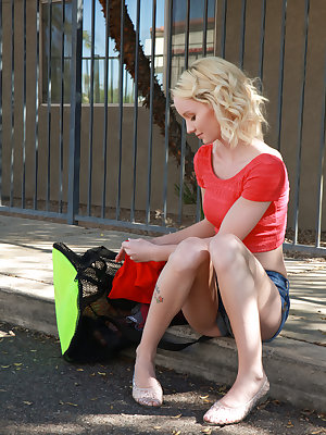 Petite blonde cutie Sammie Daniels wants to be a Broadway actress, and she decides that seducing her driver is going to be her very first role. Climbing out of the car, she peels off her clothes and then lays down with her driver, wrapping her lips around